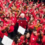 Sir Simon Rattle junto a los jóvenes músicos de la FOJI